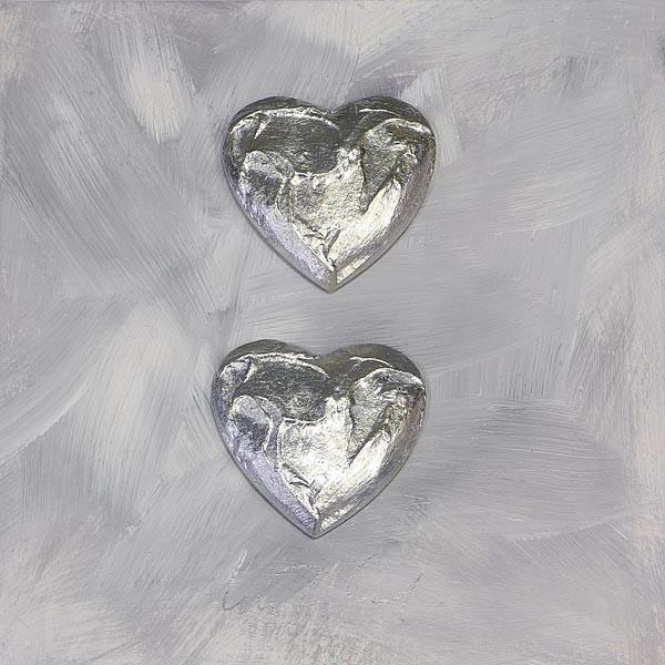 2 Herzen, Silber auf Grau