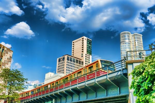 S-Bahn am Waldorf Astoria in der City-West